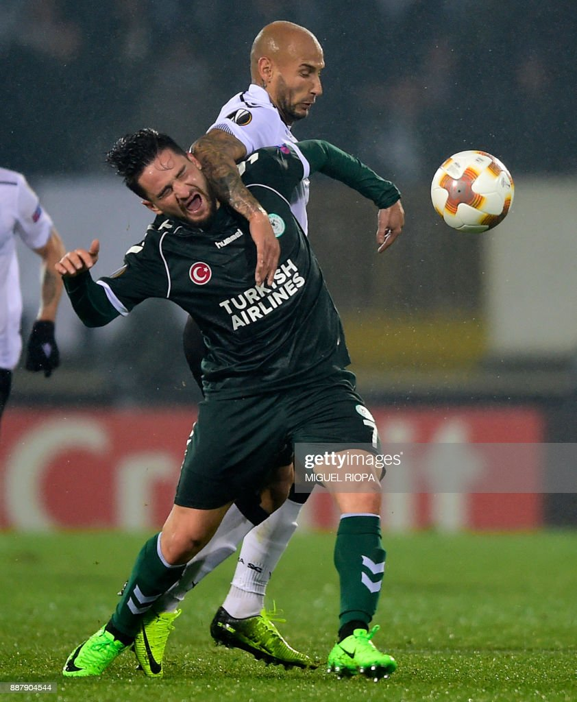 Vitoria Guimaraes' Brazilian forward Rafael Martins (R) challenges Konyaspor's Turkish midfielder Omer Ali Sahiner during the UEFA Europa League group I football match between Vitoria and Konyaspor in Guimaraes on December 7, 2017. /