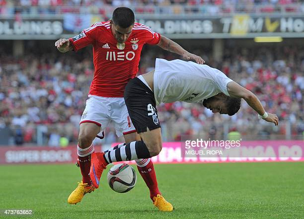 Vitoria SC's forward Ricardo Valente vies with Benfica's Uruguayan defender Maxi Pereira during the Portuguese league football match Vitoria SC vs SL...