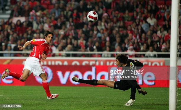 Vitoria Setubal's goalkeeper Nelson blocks the header of Benfica's Nuno Gomes during their Premier League football match at Luz Stadium in Lisbon 16...
