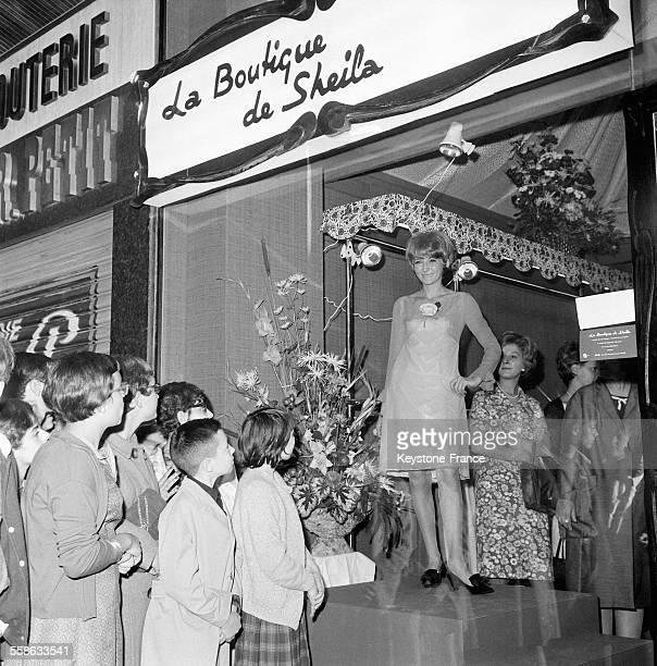 Vitrine de la 'La Boutique de Sheila' la propre maison de couture de la chanteuse le 19 juillet 1965 a Orleans France