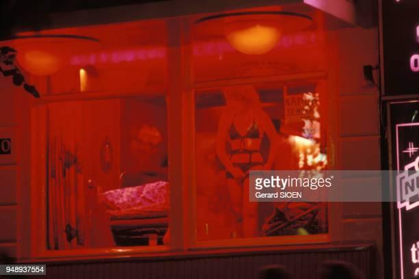 Vitrine d'une prostituée dans le quartier rouge d'Amsterdam en octobre 1982 PaysBas