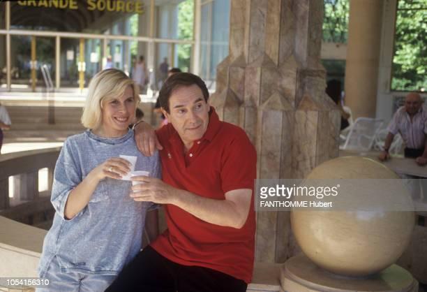 Vittel France 28 juillet 1992 Robert HOSSEIN et son épouse Candice PATOU comédienne en vacances au Club Méditerranée Ici le couple souriant buvant un...