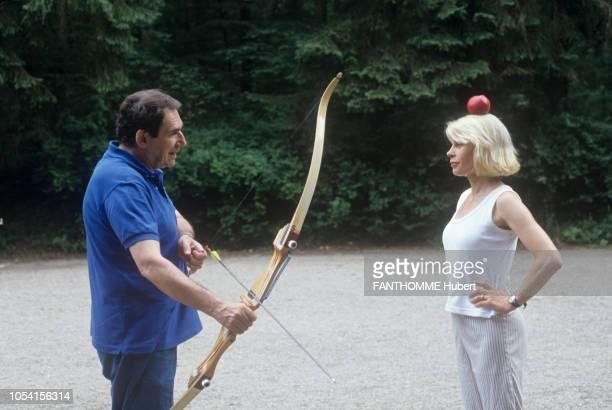Vittel France 28 juillet 1992 Robert HOSSEIN et son épouse Candice PATOU comédienne en vacances au Club Méditerranée Ici le metteur en scène tenant...