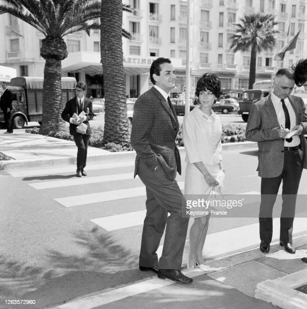 Vittorio Gassman et son épouse Juliette Mayniel dans les rues de Cannes, France en 1966.