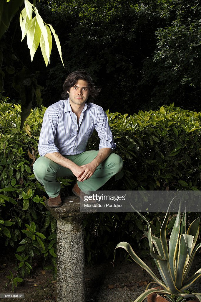 Carlo Sgarbi Brenner crouched on a column : ニュース写真