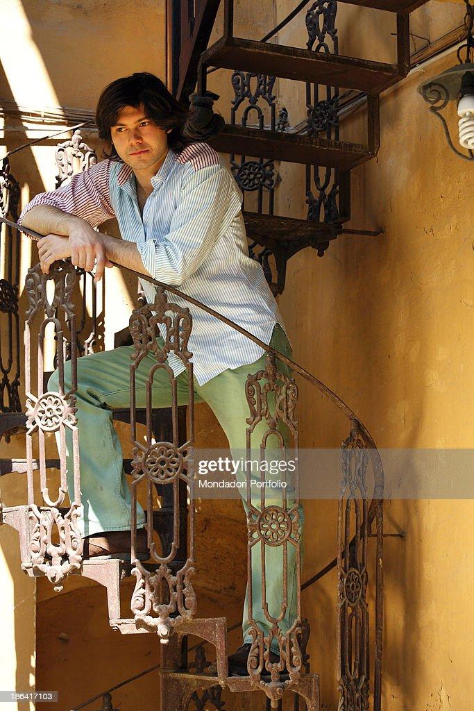 Carlo Sgarbi Brenner leaned on a winding staircase : ニュース写真