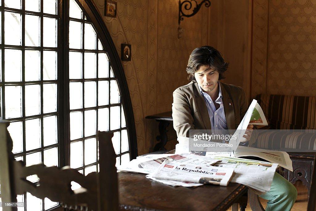 Carlo Sgarbi Brenner reading a newspaper : ニュース写真