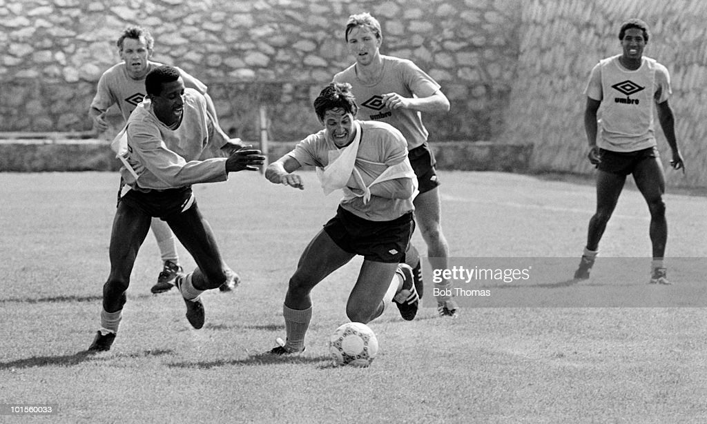 Viv Anderson and Gary Lineker, wearing a sling, during a pre-World Cup training session held in Monterrey, Mexico on 26th May 1986. (Bob Thomas/Getty Images).