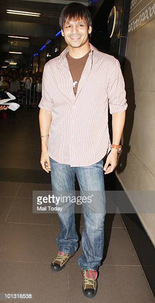 Vivek Oberoi leaves for the IIFA awards at the Mumbai airport on May 31 2010