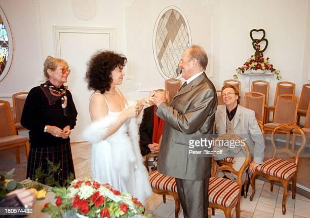 Vivi Bach Herbert Köfer Ehefrau HeikeKnochee Wolfgang Lippert HochzeitBerlin Deutschland Europa Köpenick Rathaus StandesamtTrauung Trauzimmer Brille...
