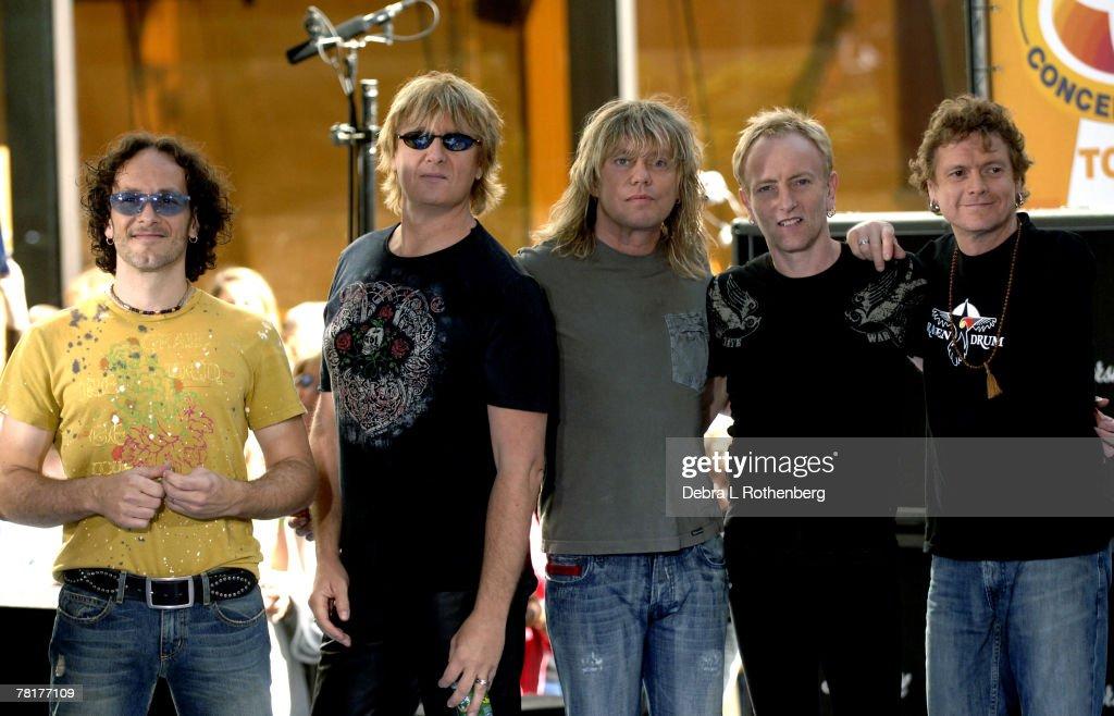 "Bryan Adams and Def Leppard Perform on the 2005 ""Today"" Show Summer Concert Series : Nachrichtenfoto"