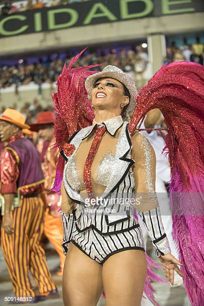 Viviane Araujo attends to the Rio Carnival in Sambodromo on February 8 2016 in Rio de Janeiro Brazil Despite the Zika virus epidemic thousands of...