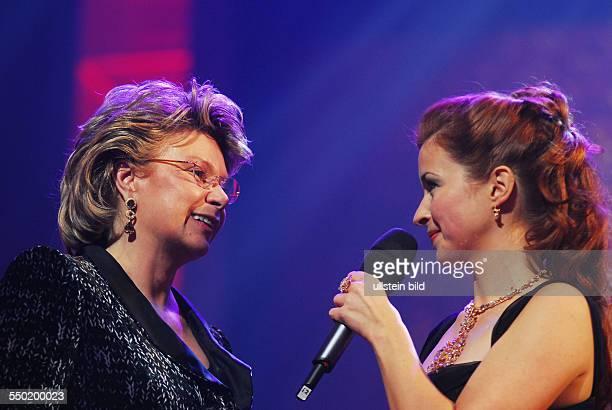 Viviane Reding und Moderatorin Loretta Stern während der Verleihung der SHOOTING STAR AWARDS 2007 im Rahmen der 57 Internationalen Filmfestspiele in...