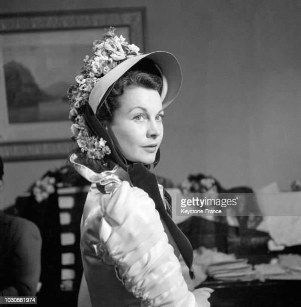 Vivien Leigh essayant un des chapeaux du film 'Anna Karenine' chez un grand couturier parisien de la rue des Mathurins en mai 1947 à Paris France