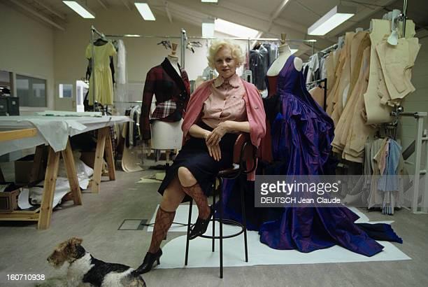 Vivienne Westwood English Designer A Londres dans son atelier de BATTERSEA Vivienne WESTWOOD en jupe avec des chaussettes fines posant assise sur un...