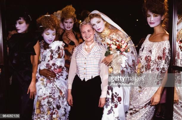 Vivienne Westwood et ses mannequins lors de son défilé PrêtàPorter collection Printempsété 1994 Paris octobre 1993 France