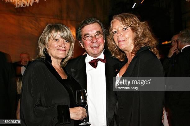 Vl Alice Schwartzer Hellmuth Karasek Und Ehefrau Armgard Bei Der Verleihung Des Henri Nannen Preis Im Schauspielhaus In Hamburg Am 110507