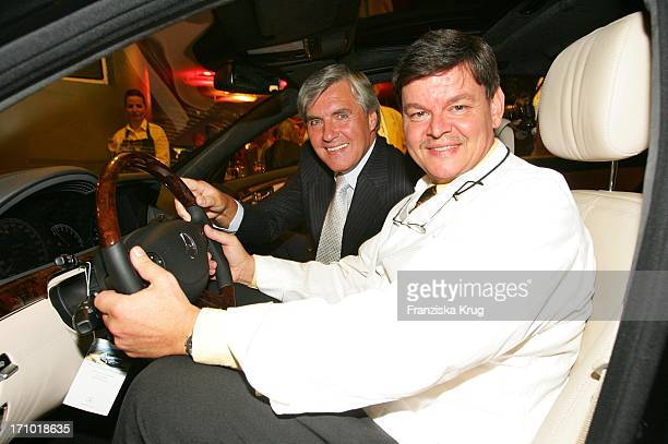 Direktor Der Mercedes Benz Niederlassung Berlin Walter Müller Und Sternekoch Harald Wohlfahrt Bei Der Premiere Der Neuen S-Klasse Im Mercedes Benz...