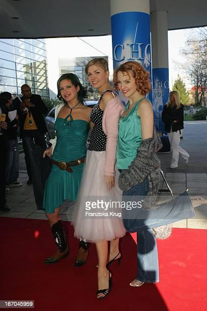 Gzsz-Schauspielerinnen Josie Schmidt, Nina Bott Und Natalie Alison Bei Der Ankunft Zur 14. Echo Verleihung Im Estrell Convention Center In Berlin .
