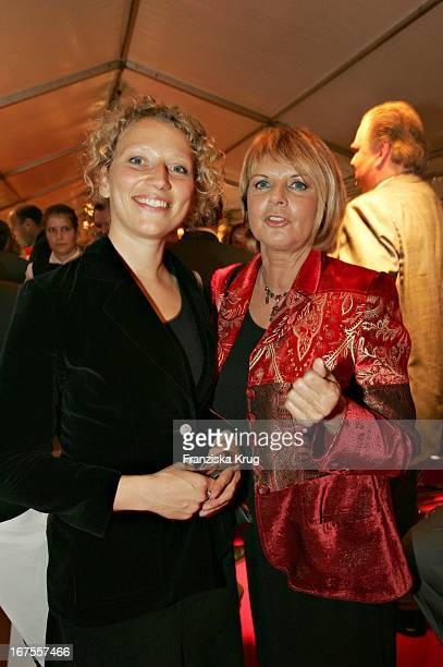 Vl Julia Westlake Und Alida Gundlach Bei Der Verleihung Des Studio Hamburg Nachwuchspreis 2004 Günter Strack Preis 2004 Und Dem Talents Award 2004 Im...