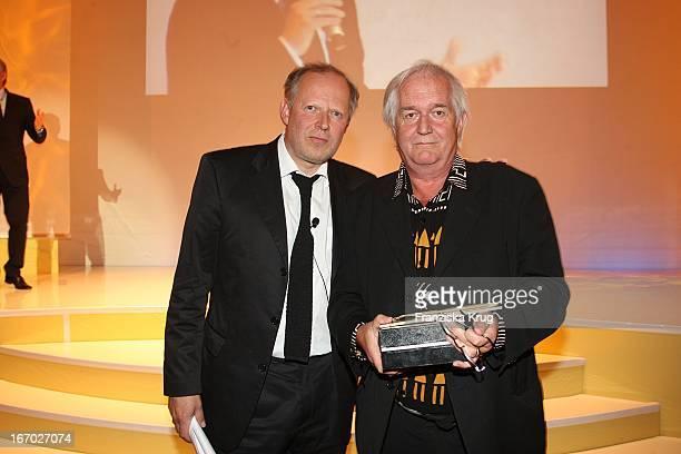 Vl Laudator Axel Milberg Und Schriftsteller Henning Mankell Bei Der Verleihung Der Goldenen Feder In Der Handelskammer In Hamburg Am 230508