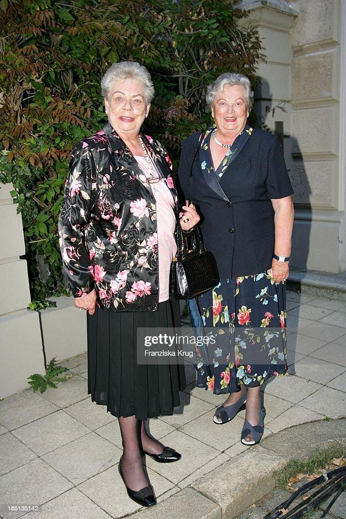 """Vl: Margarete Von Thurn Und Taxis Und Antonia Von Thurn Und Taxis Während Der """"The Last Night Of The : News Photo"""