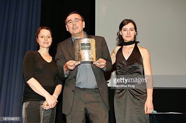 """Maria Simon , Preisträger Und Produzent Christian Granderath Und Esther Zimmering Mit Dem """"Vff-Tv Movie Award"""" Beim Münchner Filmfest Im Carl Orff..."""