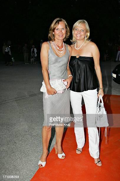 Sybille Beckenbauer Und Daniela Von Theumer Bei Der Gabriele Blachnik Modenschau Der Herbst Winter 2005/2006 Kollektion In Der Kassenhalle Des...