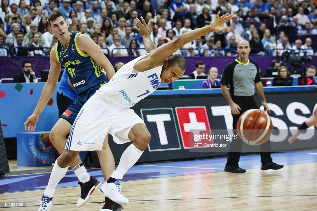 Vlatko Cancar (L) of Slovenia watches as Shawn Huff of Finland loses control of the ball during the basketball European Championships Eurobasket 2017 qualification round match between Finland and Slovenia in Helsinki, Finland, on September 2, 2017. / AFP PHOTO / Lehtikuva / Roni Rekomaa / Finland OUT