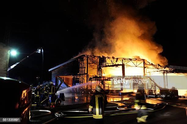 Völklingen. Ein Großfeuer vernichtet am späten Donnerstagabend eine Dachdeckerei in Geislautern. Bei eintreffen der Feuerwehr steht eine 30x60 Meter...