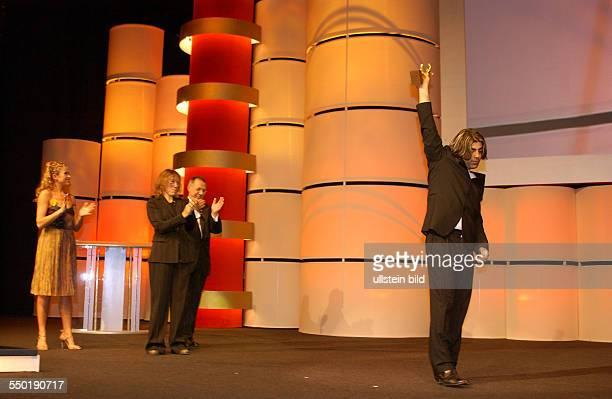 Anke Engelke Frances McDormand Dieter Kosslick applaudieren für den Regissuer Fatih Akin anlässlich der Verleihung des Goldenen Bären für den Film...