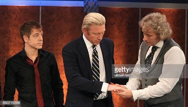 Comedian Michael Mittermeier Boris Becker und Moderator Thomas Gottschalk während der ZDFSendung Wetten dass in Leipzig