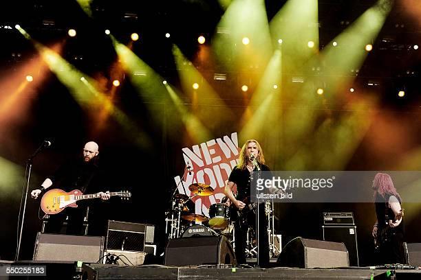 Gitarrist Marshall Gill Sänger Justin Sullivan und Bassist Ceri Monger während eines Auftritts anlässlich des Mera Luna Festivals in Hildesheim