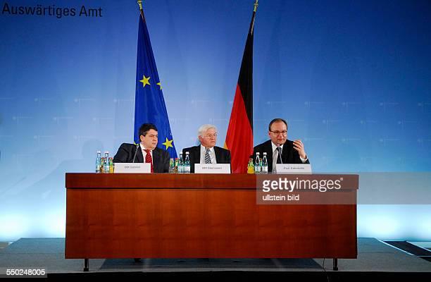 Umweltminister Sigmar Gabriel GER/SPD Außenminister FrankWalter Steinmeier und Prof Ottmar Edenhofer während einer Pressenkonferenz zum Thema...