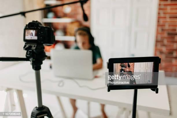 enregistrement vlog - teen webcam photos et images de collection