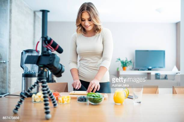 vlogger preparing a smoothie - influencer stock pictures, royalty-free photos & images