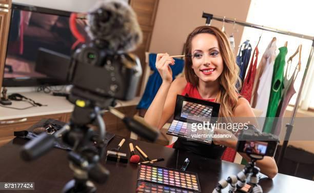Vloggerin Videoaufnahme ein Make-up für ihr vlog