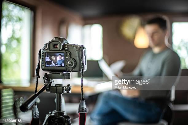 vlogger-aufnahmeinhalte für seinen vlog - video stock-fotos und bilder
