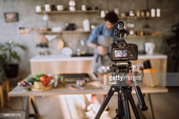 vlogs über die zubereitung von speisen - aufführung stock-fotos und bilder