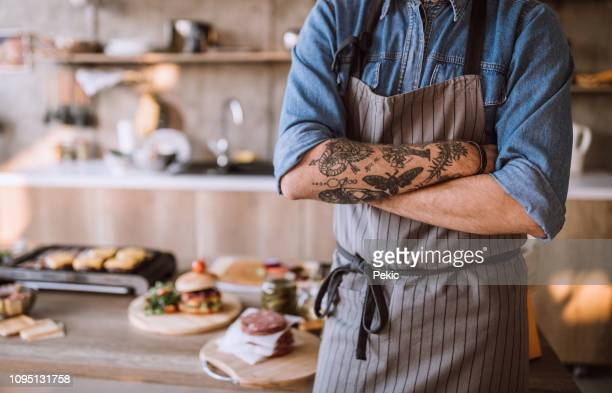 vlogging about food preparation - grembiule foto e immagini stock