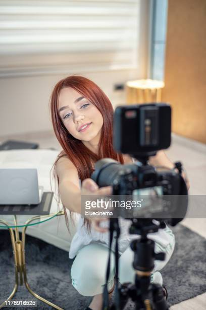 vidéo-blogging - teen webcam photos et images de collection