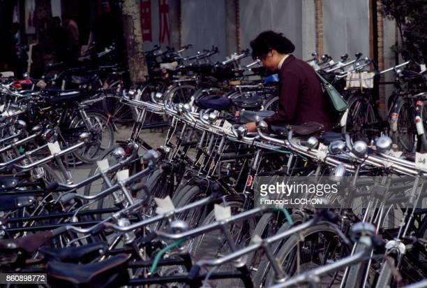 Vélos stationnés dans une rue de Pékin en octobre 1980 Chine