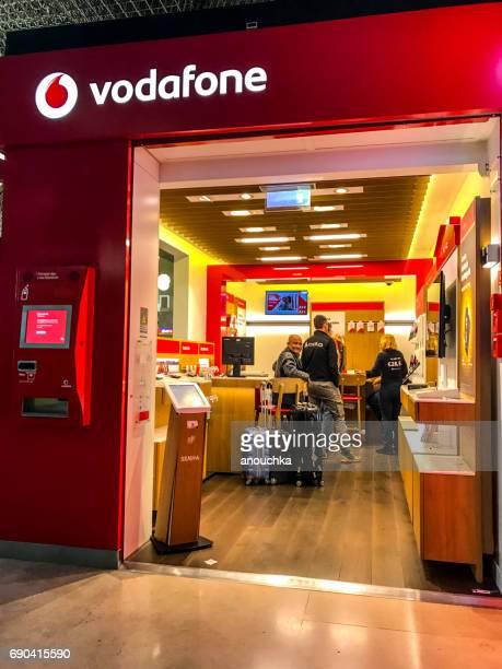 ボーダフォンの店で、ポルトガルのリスボン ・ ポルテラ空港 - vodafone ストックフォトと画像