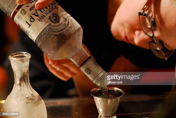 Vodka wird eingeschenkt