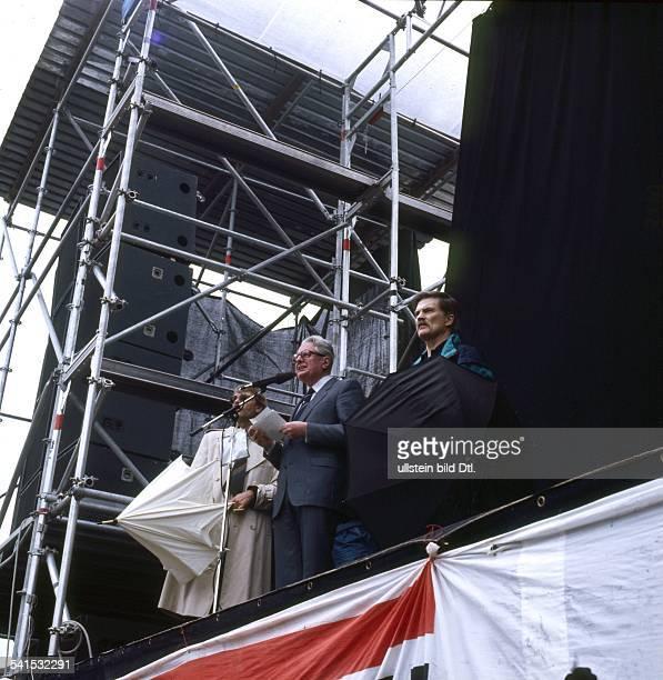 Vogel HansJochen *Politiker SPD D als SPDVorsitzender spricht auf einer Demonstration fuer den Frieden im Bonner Hofgarten