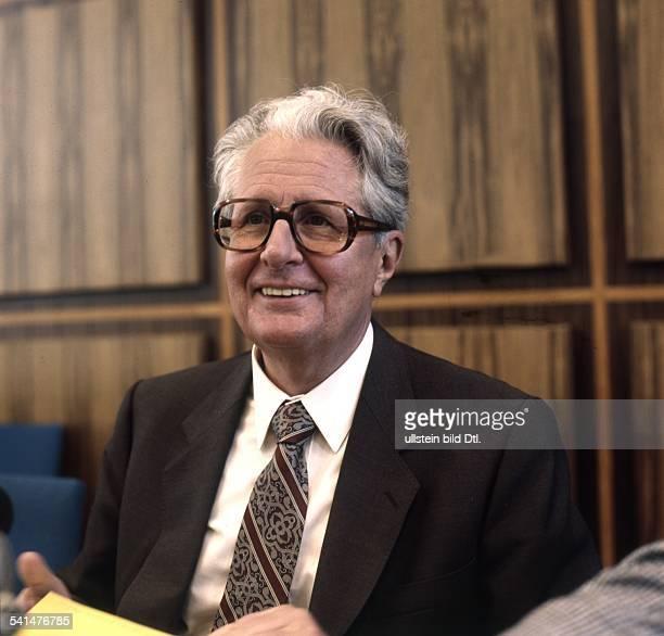 Vogel HansJochen *Politiker SPD D Portrait als SPDVorsitzender laechelt