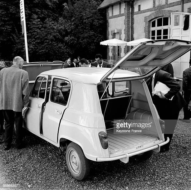 renault 4l photos et images de collection getty images. Black Bedroom Furniture Sets. Home Design Ideas