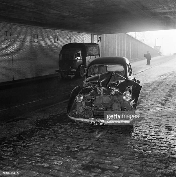 Voici la voiture 203 accidentée par un camion qui trop haut ne pouvait s'engager sous le tunnel et fit demitour provoquant un grave accident...