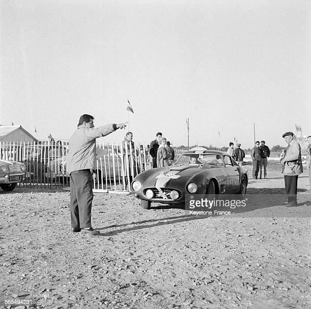 Voici la voiture Ferrari de Olivier Gendebien au volant arrivant pour le contrôle à Montlhéry France le 19 septembre 1957