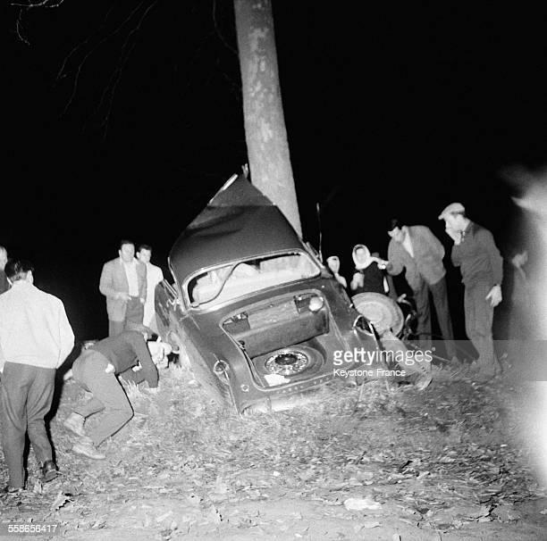 Voici le débris de la voiture d'Albert Camus après son accident de la route dans l'Yonne France le 4 janvier 1960
